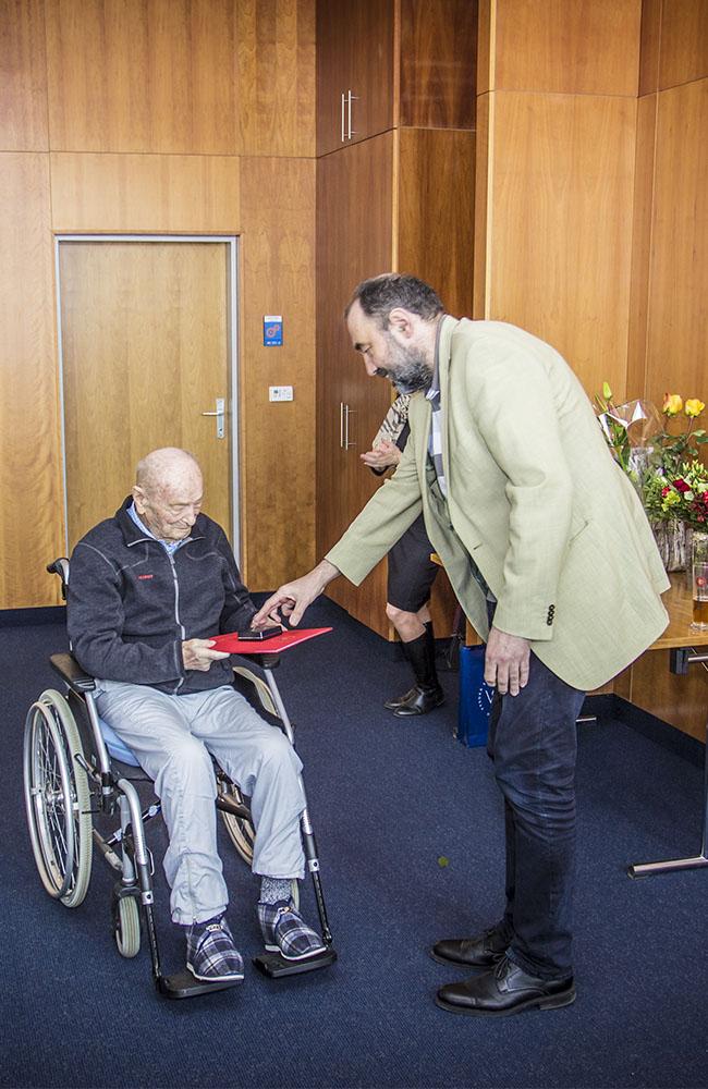 U příležitosti významného životního jubilea převzal Václav Červenka, bývalý zaměstnanec katedry tělesné výchovy, pamětní medaili VŠE
