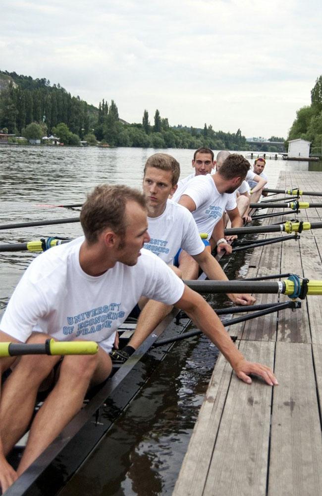 Tým veslařů z VŠE na závodě univerzitních osmiveslic